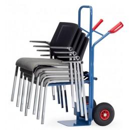 Diable porte-chaises support autobloquant : mise en situation en déménageant des chaises.